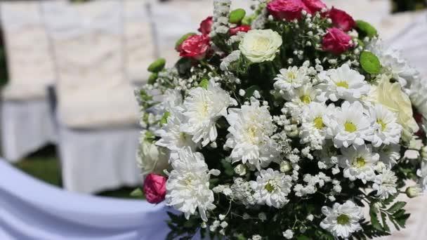 Svatební slavnostní dekorace. Květiny a židle zblízka