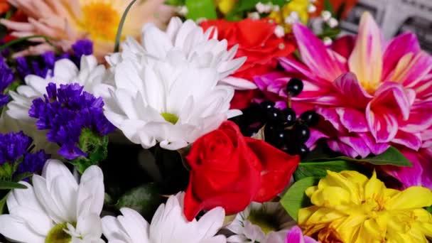 Rotující krásná jasná kytice pestrobarevné chryzantémy a růže květiny. Nejlepší dárek pro ženu.