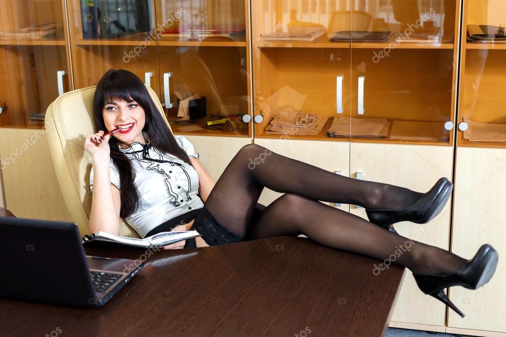 Девушки ноги под столом фото 356-613