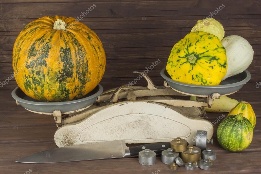 Raccolta di autunno delle zucche. Preparando per Halloween ...