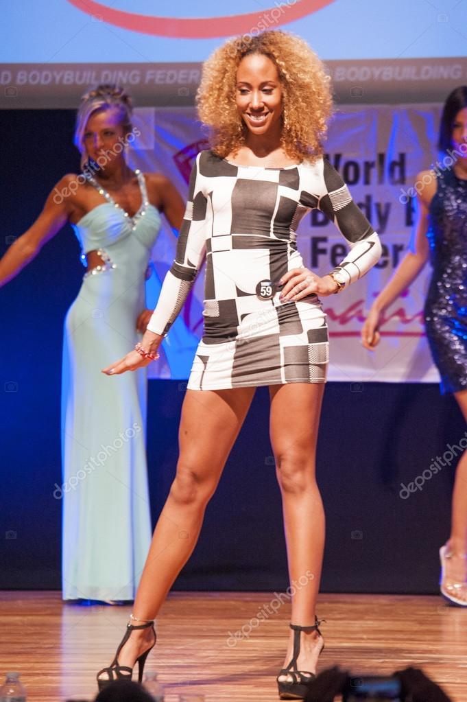 Weibliche Figur Modell im Abendkleid zeigt ihr Bestes ...