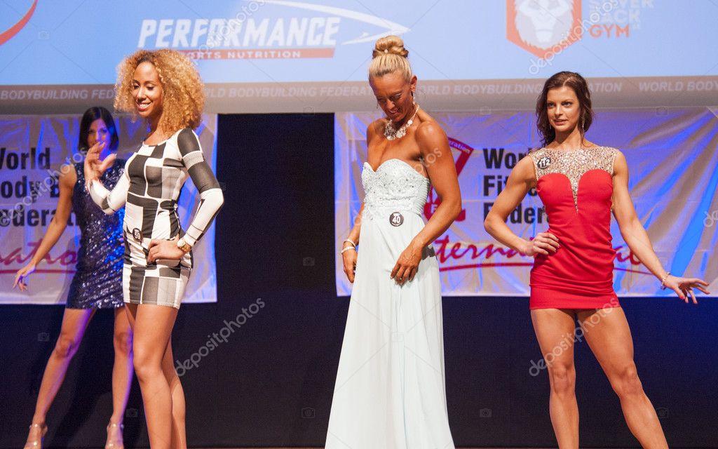Weibliche Figur Modelle im Abendkleid zeigen ihr Bestes ...