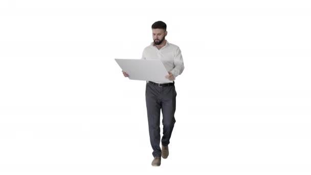 Obchodní muž chůze a při pohledu na modrotisk na bílém pozadí.