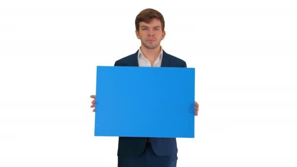 Fiatal üzletember kezében üres tábla nézi kamera fehér háttér.
