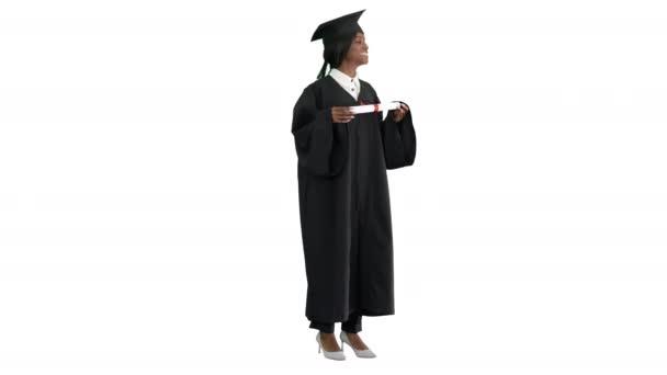 Mosolygó afro-amerikai lány diák diplomás köntös pózol diplomával fehér háttér.