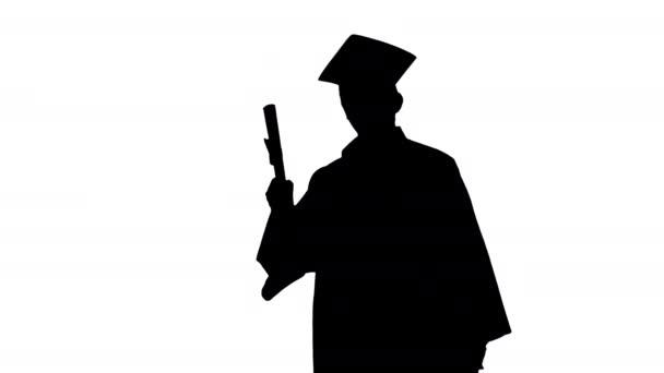 Silhouette Boldog férfi diák ballagási köntösben lemond diplomájával.