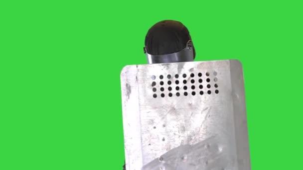 Soldat in voller Uniform mit Schutzschild, der sich auf einem Green Screen vorwärts bewegt, Chroma Key.