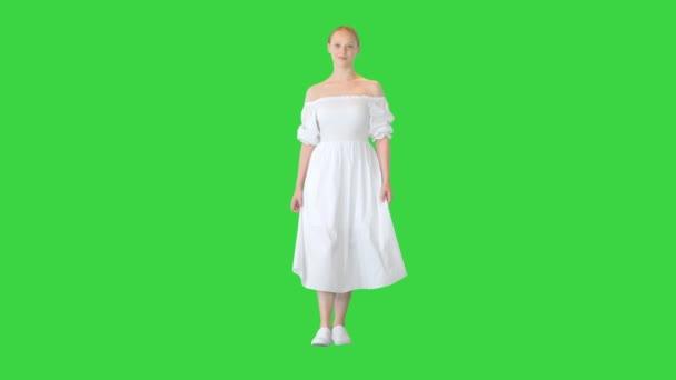 Junge Frau in weißem Kleid auf einem Green Screen, Chroma Key.