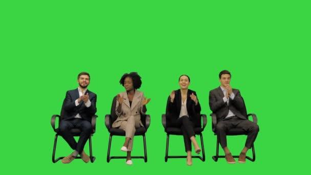 Účastníci podporující řečníka tleskáním a výkřiky povzbudivých slov na zelené obrazovce, Chroma Key.