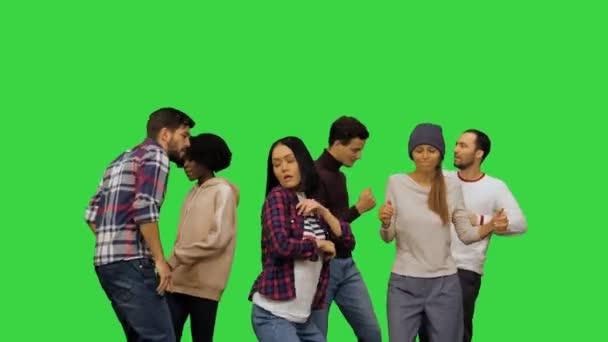 Mladí muži a ženy tančí na večírku na zelené obrazovce, Chroma Key.