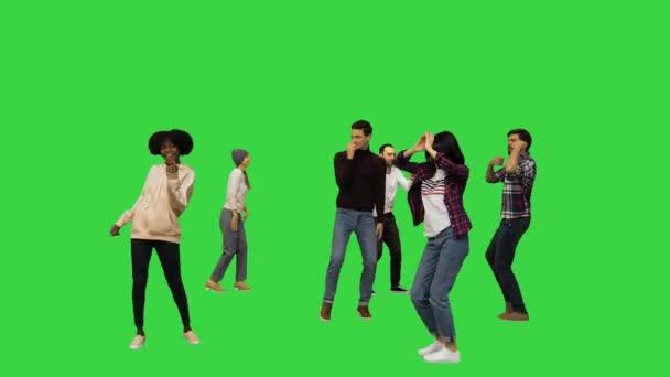 Genç insanlar yeşil ekranda dans etmeye başlıyor, Chroma Key..