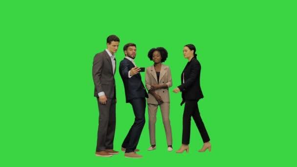 Mladí podnikatelé v oblecích brát selfie na zelené obrazovce, Chroma Key.
