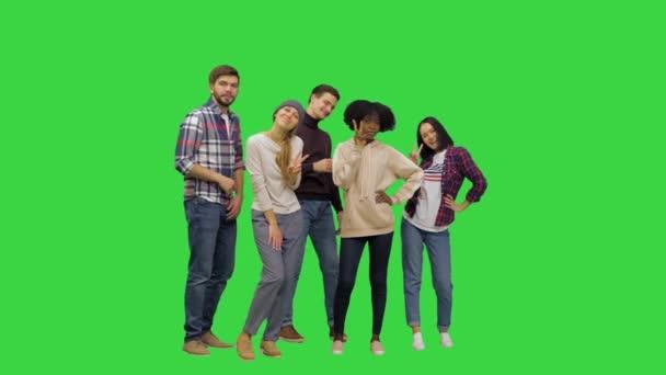 Gencecik çocuklar büyük bir resim için poz veriyorlar, yeşil ekranda komik görünüyorlar, Chroma Key..