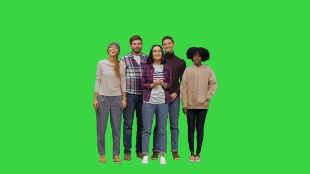 Gençlerden oluşan bir ekip kameranın arkasındaki birini dikkatle dinliyor, başlarını sallıyor, yeşil ekrandaki yüzlerde ciddi ifadeler alıyor, Chroma Key.