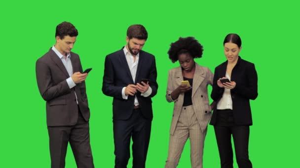 Genç iş adamları telefon görüşmeleri yapıyor, müşterilerle yeşil ekranda mesajlaşıyorlar, Chroma Key.