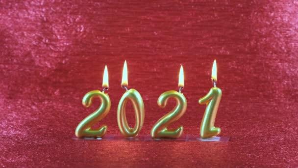 Kihalt arany újévi gyertyák 2021 vörös alapon. modern koncepció.