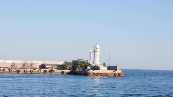 Leuchtturm in der Bucht von Jalta. Die Stadt Jalta. Krim