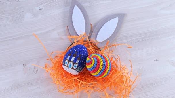 nyuszifül és húsvéti színű tojás. Húsvéti szünet.