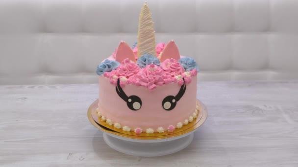 narozeninový dort ve formě pestrobarevného jednorožce. Sladký roztomilý dort