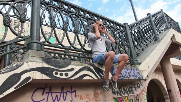 Teenager v sluchátka na mostě