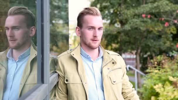 Szép ember a sárga kabát hajló vissza