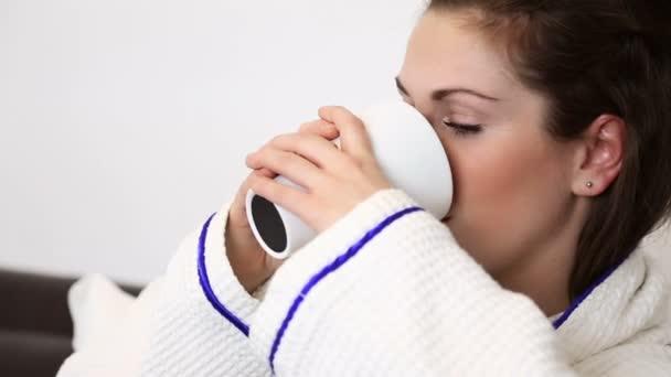 žena pít její ranní káva