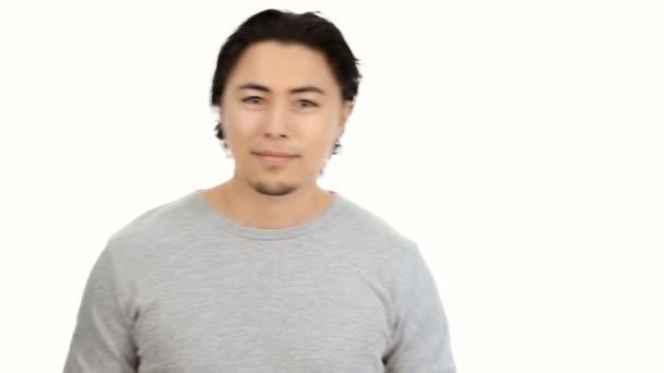 Fiatal férfi csinál thumbs a fehér háttér