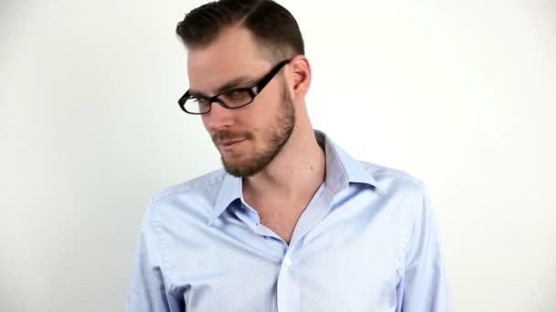 Pohledný mladý dospělý muž nosí brýle