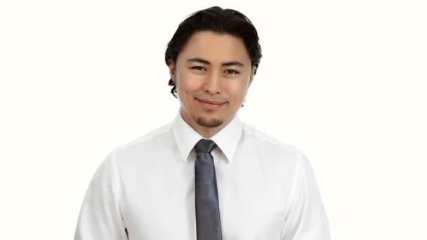 Closeup usmívajícího se obchodníka v košili a kravatě