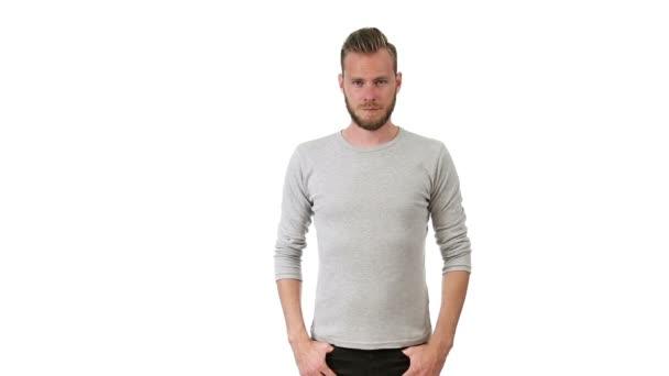 Pohledný muž v šedivé tričko