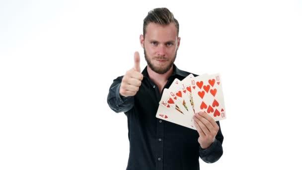 Atraktivní muž s velkým hrací karty royal flush