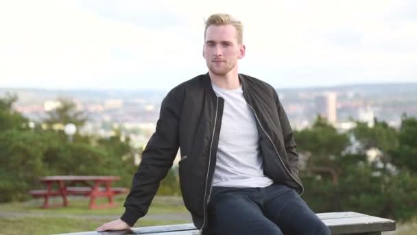 Moderní muž sedící zvenčí