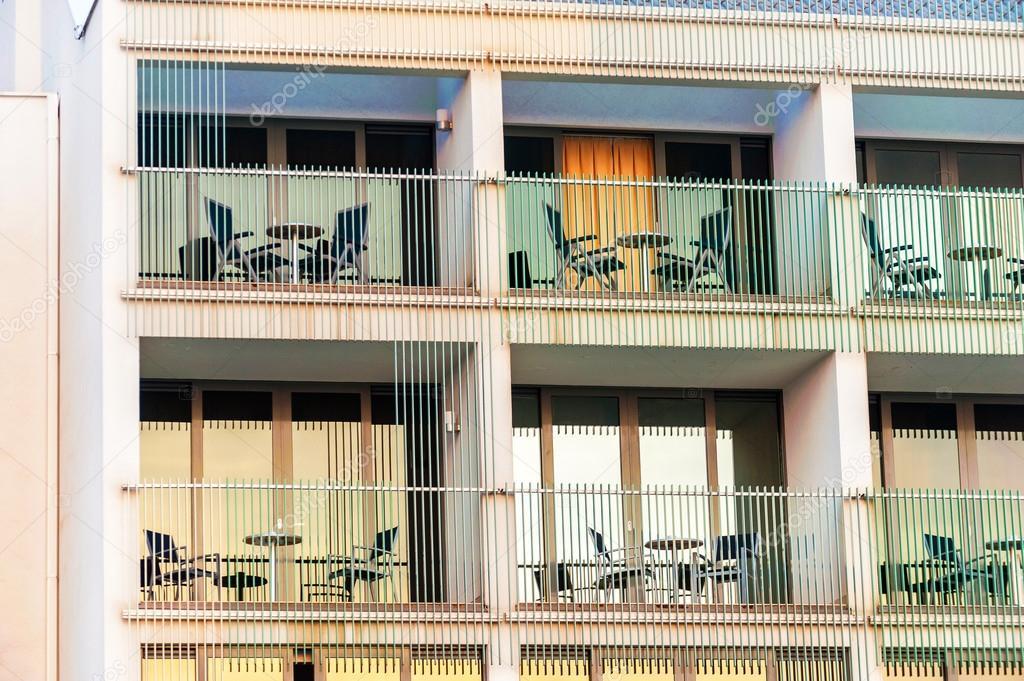 Modelo de balcones de habitaci n de hotel en edificio for Modelos de balcones modernos para casas