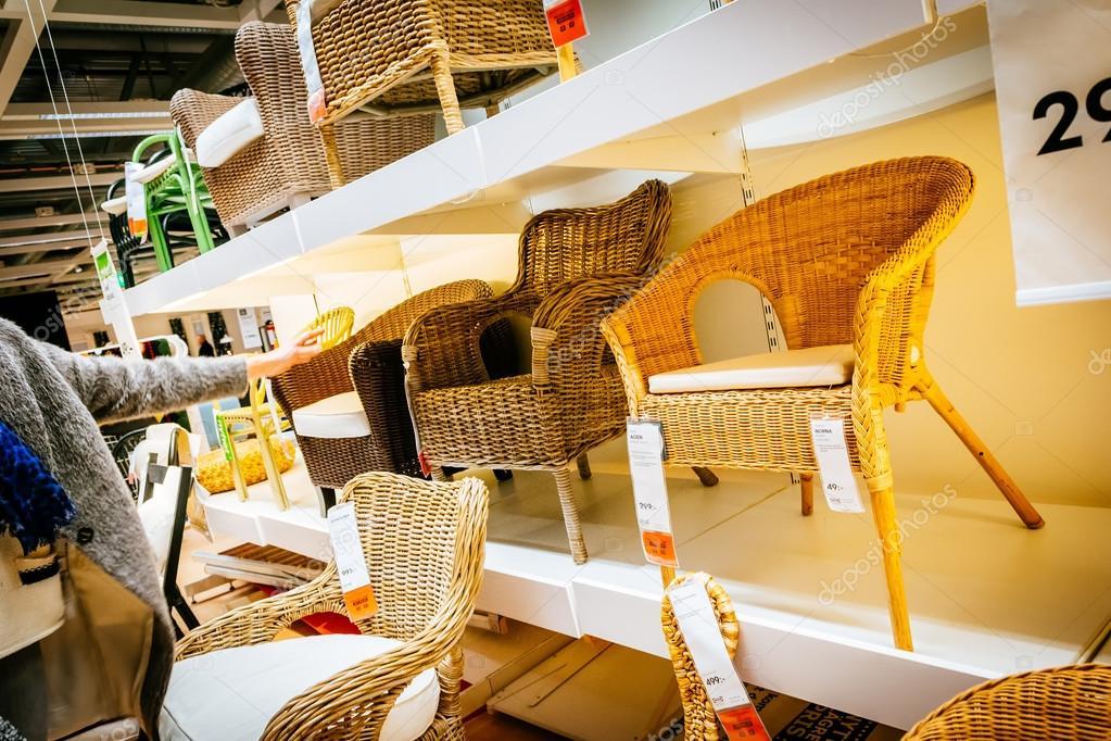Interieur van grote Ikea winkel met een breed scala van producten in ...