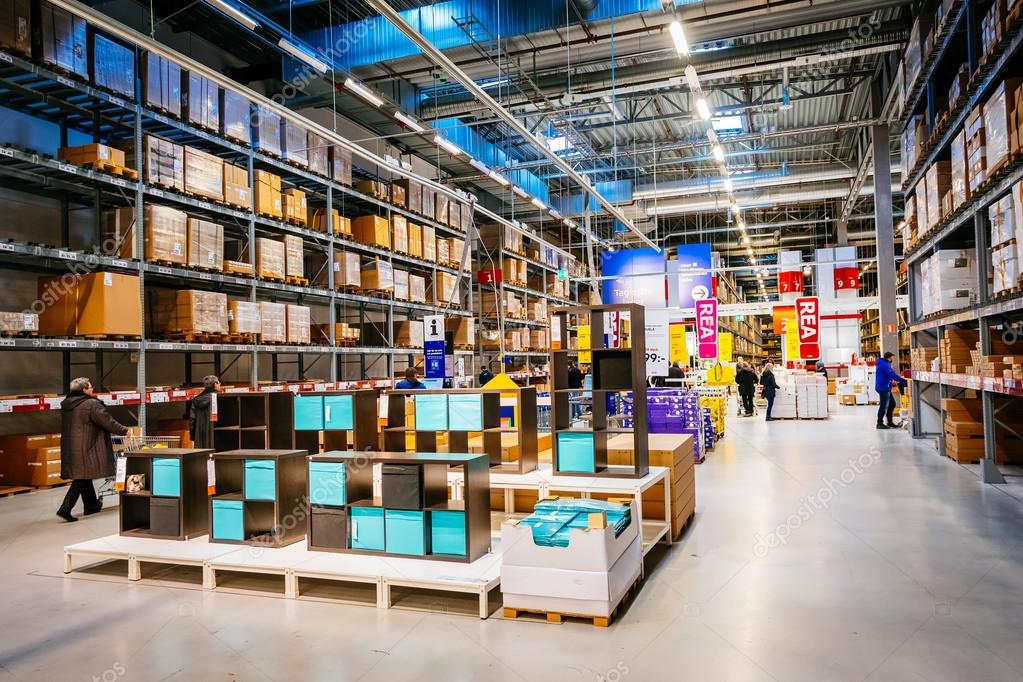 Interieur van de grote Ikea opslagplaats met een breed scala van ...
