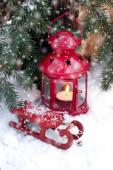 Elegantní klasické vánoční přání na dovolenou. Vánoční dárková krabice s dekorací