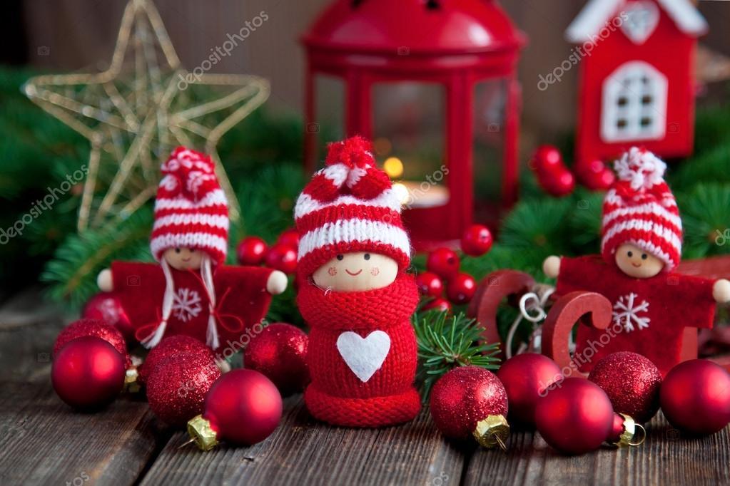 Figure Di Natale Bambini Piccoli Su Fondo Di Legno Foto Stock