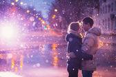 Fotografie Schnee-Liebhaber küssen Stadt
