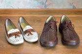 Zwei Paar bequeme Schuhe : für Männer und für Frauen.