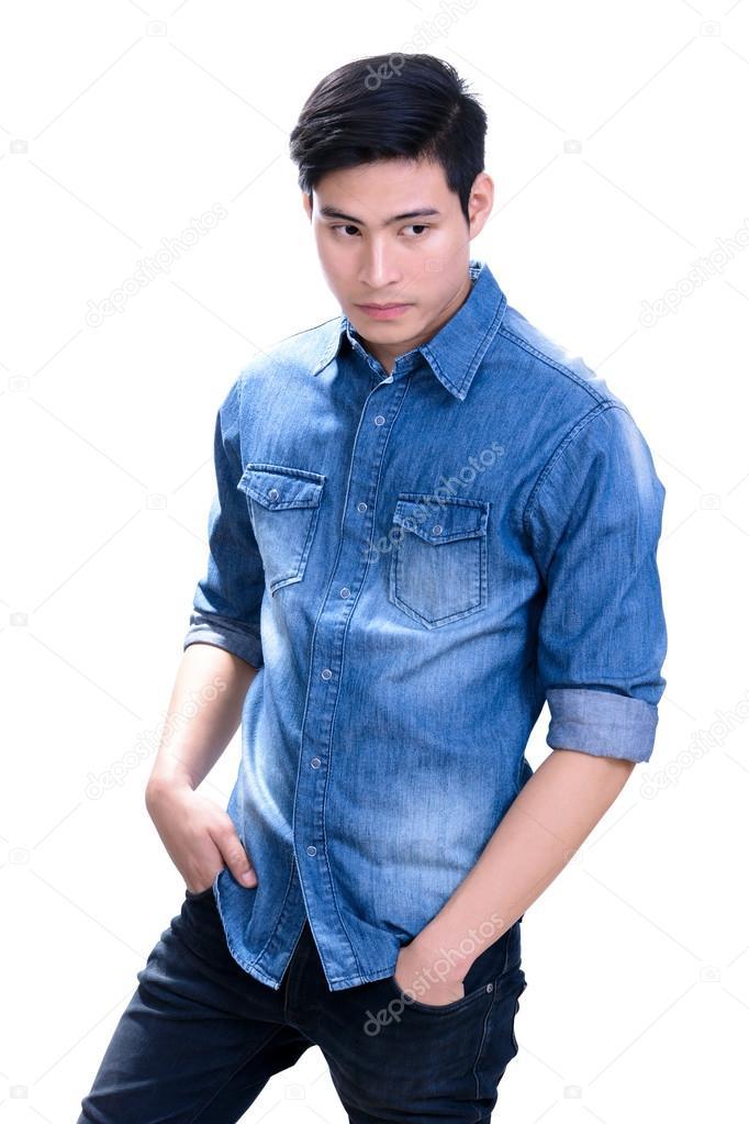 Hombre joven asiático en camisa de jean azul — Foto de Stock 07725b5757d
