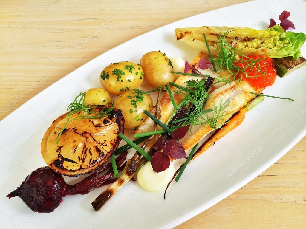 Plato gourmet con pescado a la plancha y verduras fotos for Platos gourmet