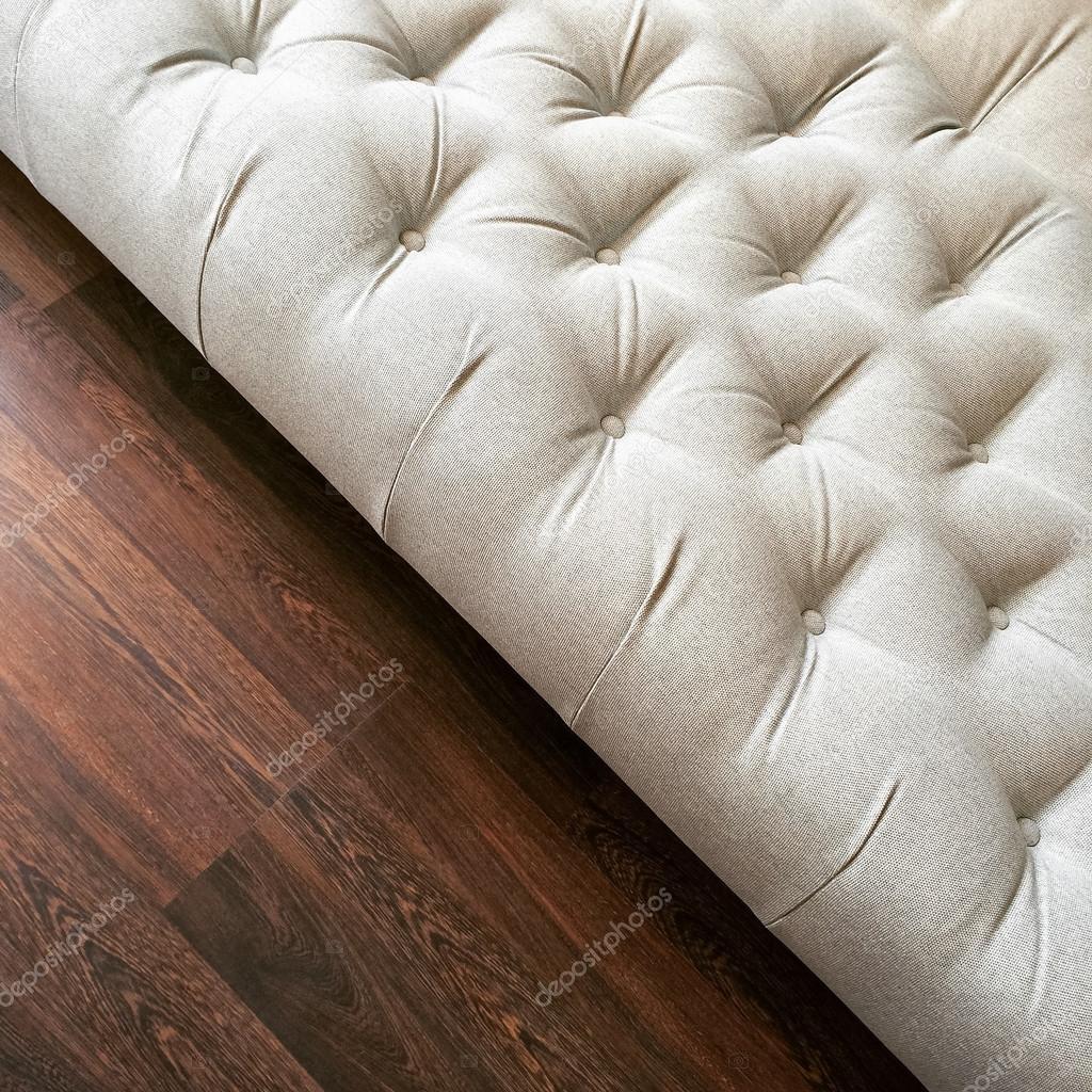 Lujo otomano blanco en suelos de madera oscura — Foto de stock ...