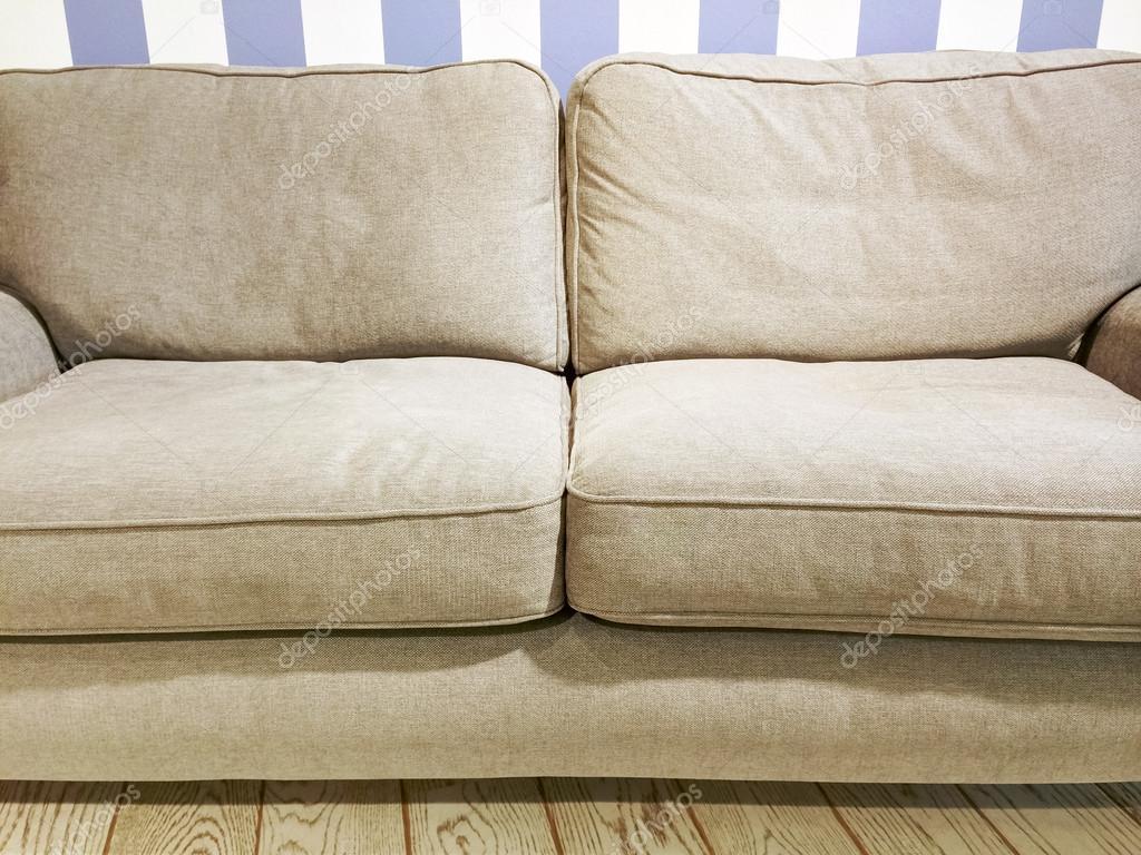 Beige Sofa In Der Nähe Der Wand Mit Gestreiften Tapeten U2014 Stockfoto