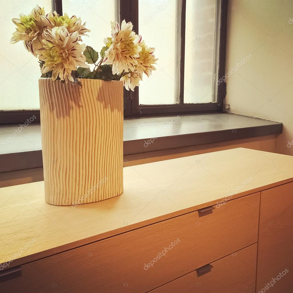 Blumen In Einer Vase Die Ein Fenster Dekorieren Stockfoto