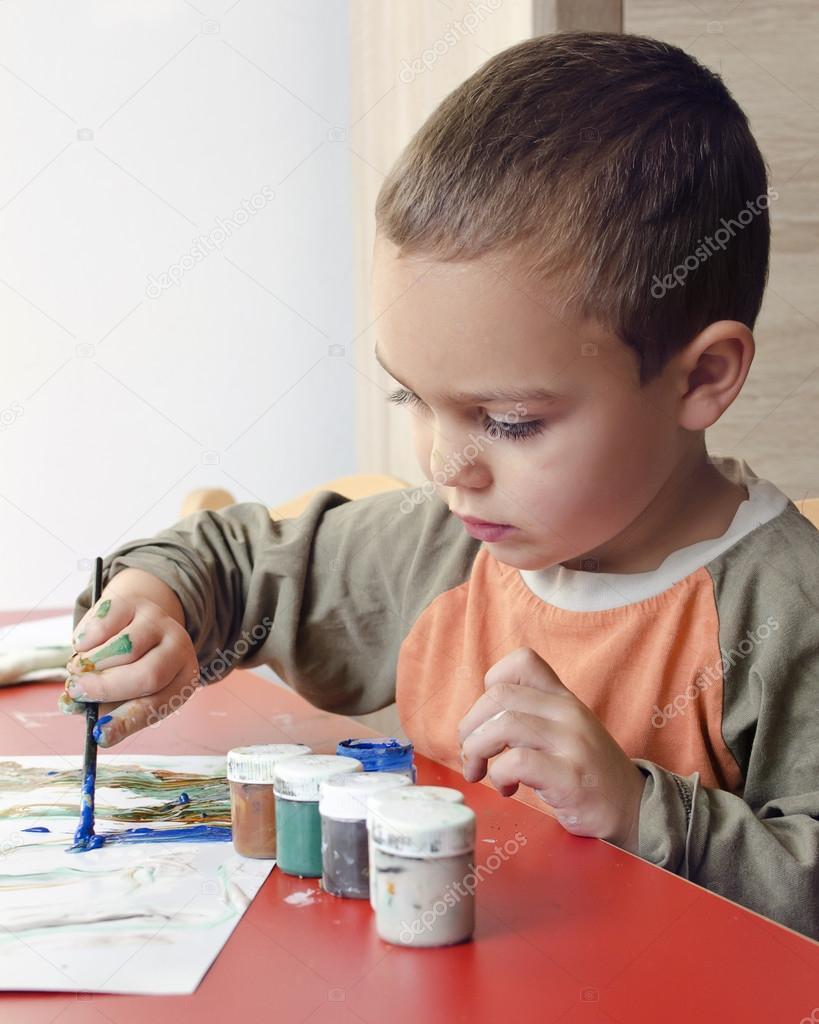 Ni o pintando con pincel y colores foto de stock - Ninos pintando con las manos ...