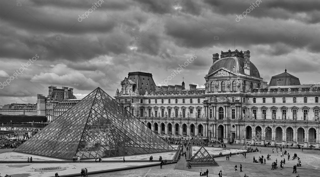 La piramide del museo del louvre al tramonto a parigi for Foto alta definizione bianco e nero