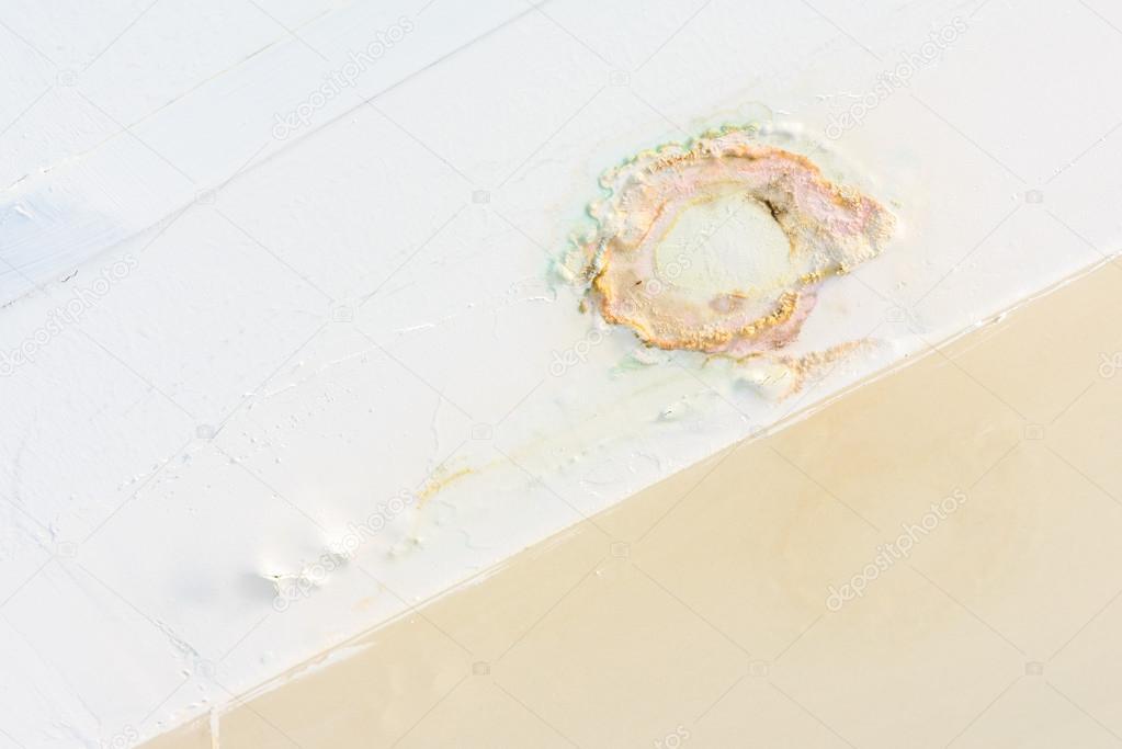 Wasser-Leck im Badezimmer Decke — Stockfoto © itman47 #76281727