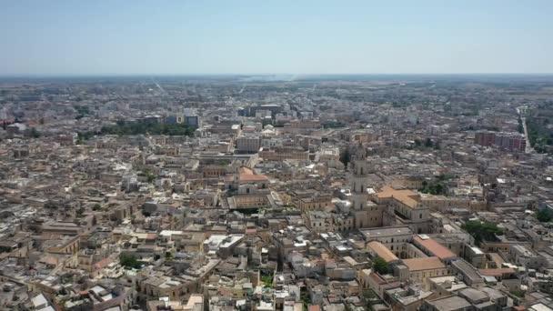 Lecce, Puglia, Itálie Krásné panoramatické letecké 4K video z letícího dronu do římského Amfiteátru, aréna Lecce. Historické centrum města, katedrála Marie Santissima Assunta, za krásného letního dne.