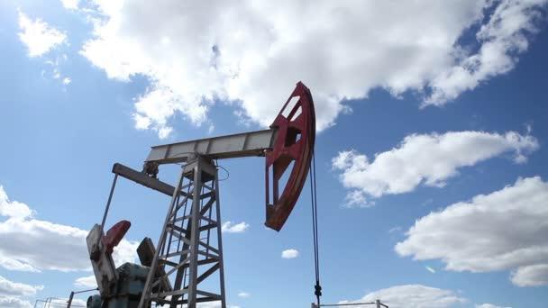 pracovní olejové čerpadlo na pozadí zamračená obloha