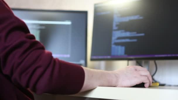 Oung Programmierer programmieren-Code einen Bildlauf durchführen. Computer Maus in der hand closeup